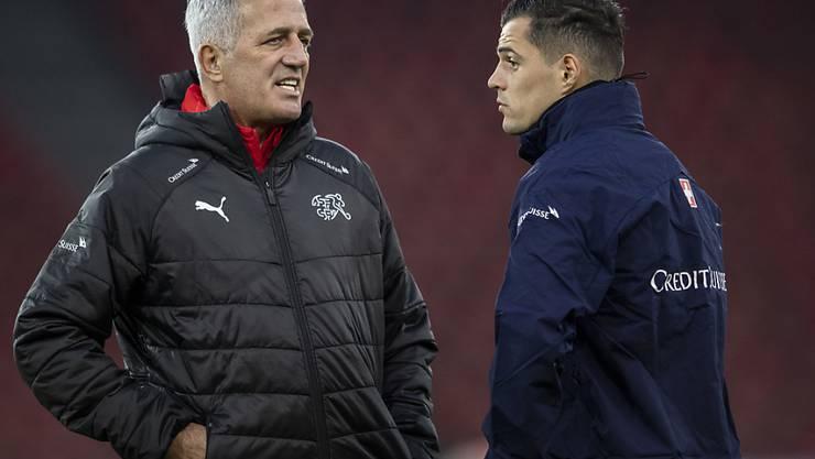 Granit Xhaka (rechts) im Gespräch mit Nationalcoach Vladimi Petkovic