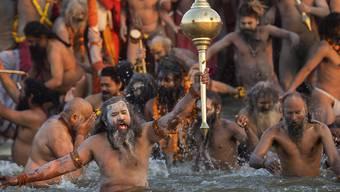 Heilige Männer machen den zeremoniellen Auftakt des  das grössten religiösen Festivals der Welt.