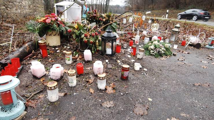 Blumen und Kerzen erinnern an die tödlich verunglückte Autofahrerin.Angelo Zambelli