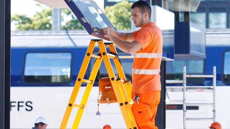 Die SBB beschäftigt in der ganzen Schweiz Mitarbeiter: Arbeiten im Bahnhof Zug.