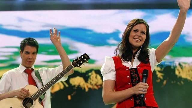 Die Volksmusiker Kevin und Melanie Oesch bei einem Auftritt (Archiv)