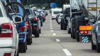 Autofahrer müssen durch die Spurreduktion mit Rückstaus und längeren Reisezeiten rechnen. (Symbolbild)