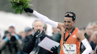 Tadesse Abraham jubelt beim Zieleinlauf.