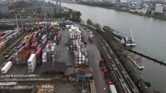 Blick auf die Hafenanlagen in Basel (Symbolbild)
