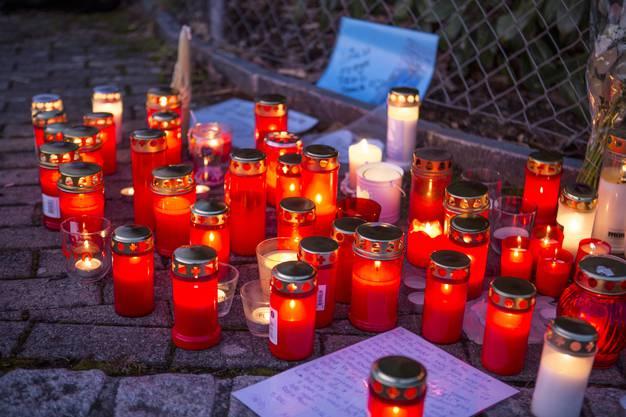 Schüler und Anwohner haben vor dem Haus Kerzen aufgestellt.