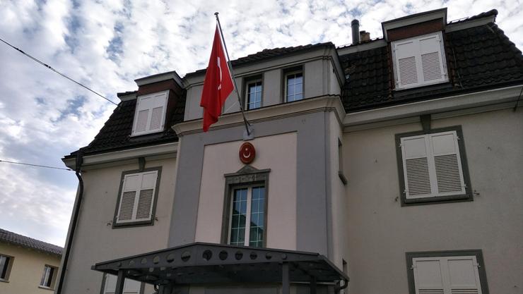 Das türkische Konsulat wurde durch die Pyros leicht beschädigt und verschmutzt. (Archiv)