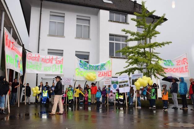 Die Vertreter aus Thalheim finden sich vor dem Gemeindehaus in Schinznach-Bad ein