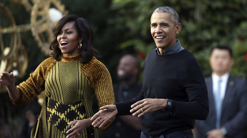 """Barack Obama und Michelle Obama tanzen Michael Jacksons """"Thriller"""" an der Halloween Party des Weissen Hauses."""