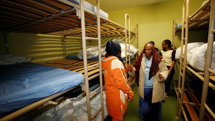Es wird eng. Asylbewerber in einer Zivilschutzanlage. Foto: niz