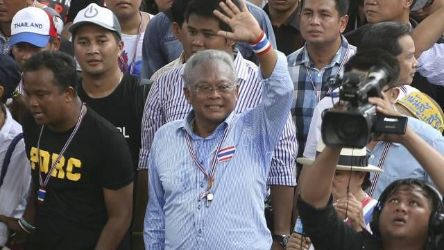 Protestanführer Suthep Thaugsuban winkt in Bangkok