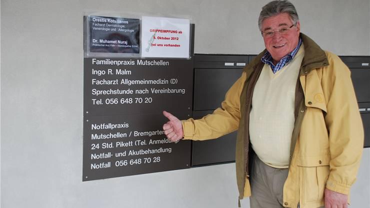 Daumen hoch für Ingo Malm: Gustav Roten setzt sich für den deutschen Arzt ein, der seit Monaten im Schussfeld der Kritik steht.
