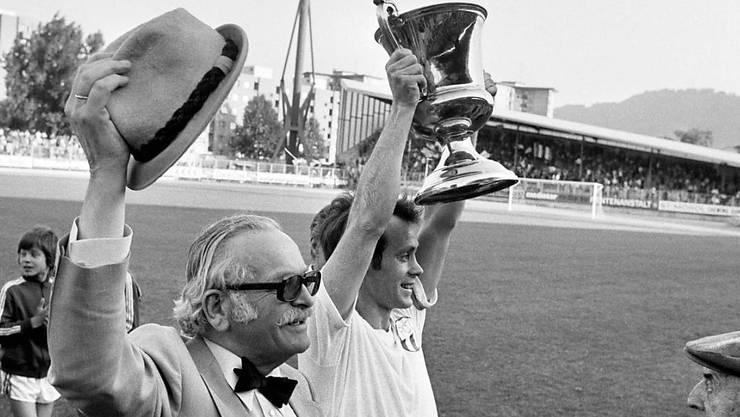 Präsident Edi Nägeli und Captain Köbi Kuhn 1975 im Letzigrund mit dem Meisterpokal