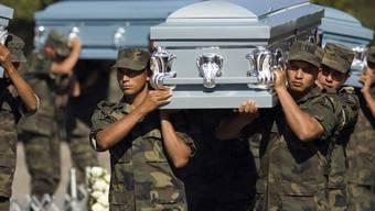 Mexikanische Soldaten tragen im Drogenkrieg getötete Kameraden zu Grabe (Archiv)