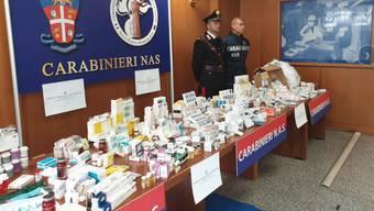 Italienische Polizisten mit sichergestelltem Doping.