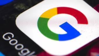 Der Mutterkonzern von Google, Alphabet, verbuchte im zweiten Quartal mehr Umsatz, aber weniger Gewinn. Die Aktie ging nachbörslich zunächst auf Talfahrt. (Archivbild)