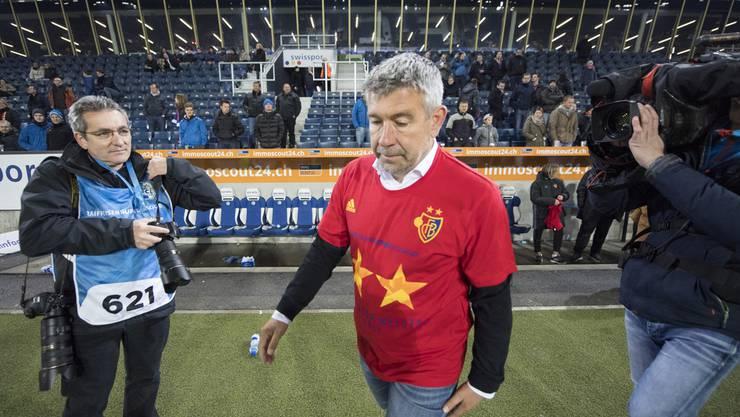 Es ist geschafft. Der FC Basel ist Meister. Zwei Sterne prangen auf der Brust von FCB-Trainer Urs Fischer, Symbol für den zwanzigsten Titel. Aber für ein Lächeln ist es noch zu früh.