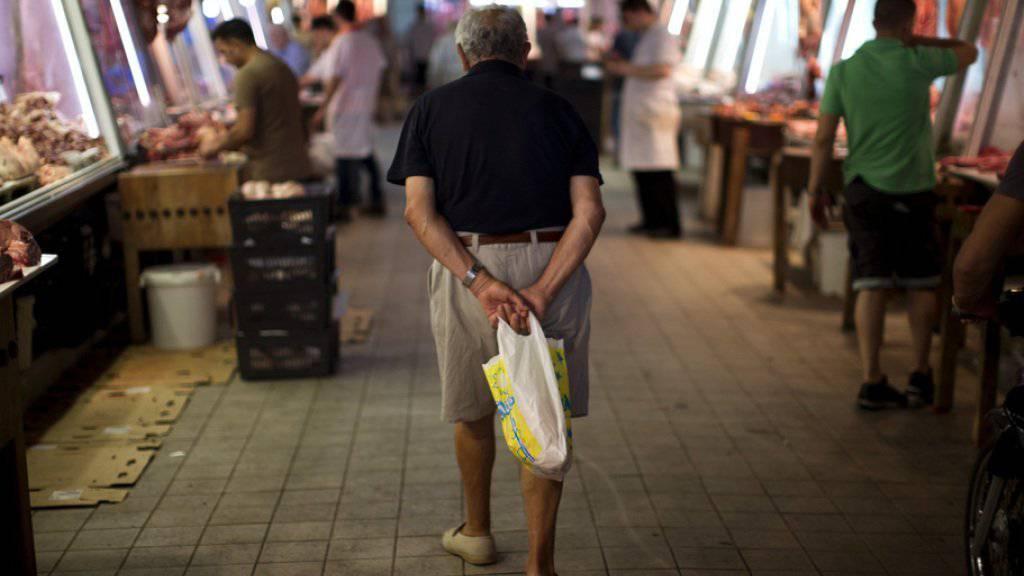 Ein älterer Mann auf einem Markt in Athen. Immer mehr Griechen sind mit ihren Steuerzahlungen im Rückstand - oft weil sie schlicht kein Geld haben (Archiv)