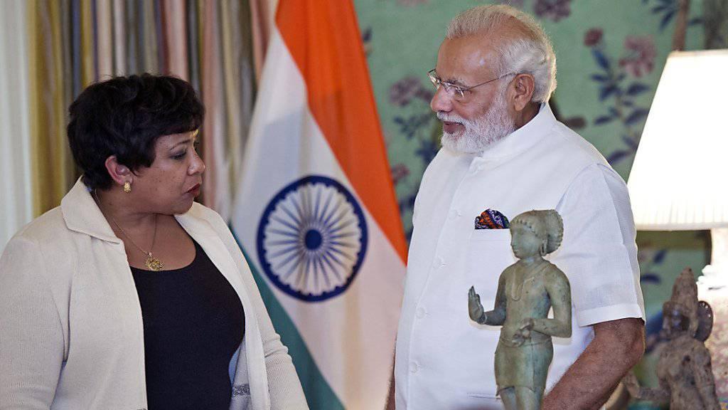 US-Generalstaatsanwältin Lynch übergibt dem indischen Premierminister Modi die Kunstwerke, die vom Kunsthändler Kapoor in die USA geschafft worden waren.