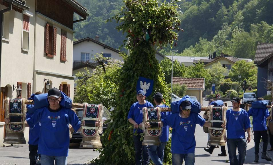 Der Maibär wird jedes Jahr durch Bad Ragaz getragen. (Bild: maibaer.ch)