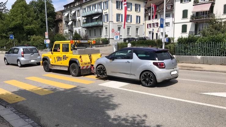 Ein Auto, welches im Bahnhofparking Zofingen parkiert war, wird abgeschleppt.