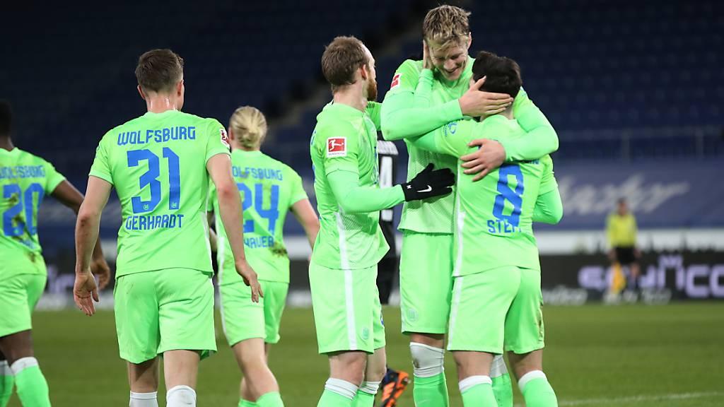 Ungleiches, aber erfolgreiches Duo: Renato Steffen erhält nach seiner Doublette Gratulationen von Goalgetter Wout Weghorst