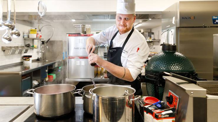 Küchenchef Jonas Ingold ändert seine Rezepturen mehrmals ab, bis es so schmeckt, wie er sich das vorstellt.