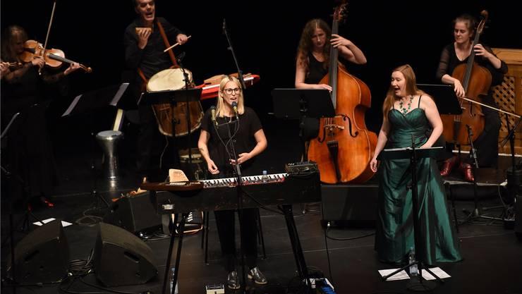Gipfeltreffen der Frauenstimmen: Singer-Songwriterin Mine, die Sopranistin Dorothee Mields und die Lautten Compagney Berlin im Burghof Lörrach.