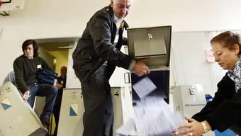 Viel Arbeit für die Wahlbüromitglieder: Am 24. März werden sie – wie im Bild vor vier Jahren – wieder viele Urnen voller Parteilisten auswerten.