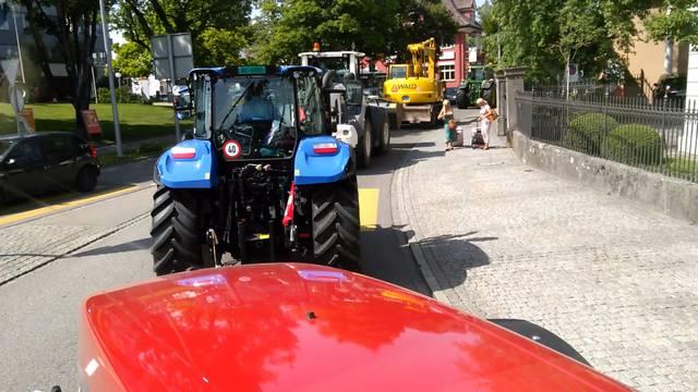 Spezieller Umzug: Land- und Baumaschinen touren durch Wohlen