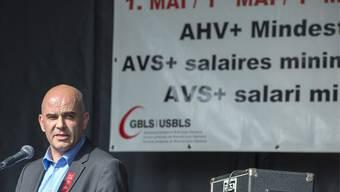 Bundesrat Alain Berset spricht waehrend der 1. Mai Feier über die AHV.
