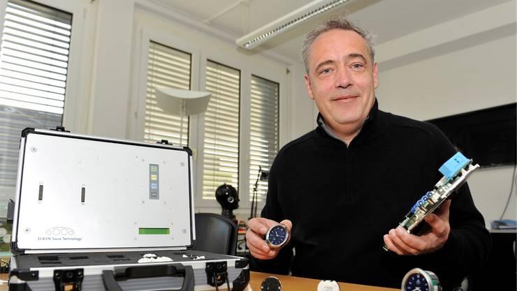Rufino Leon, CEO von Juken Swiss Technology in Grenchen, zeigt Produkte seiner Firma, darunter auch die neue Borduhr für Maserati.