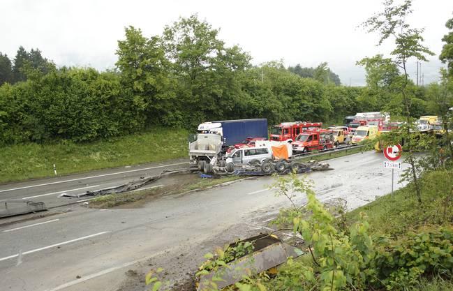 Der Lastwagen durchschlug die Mittelleitplanke und prallte auf der Gegenfahrbahn in einen anderen Lastwagen sowie einen Kleinbus.
