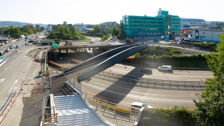 50 Meter lang ist die Fussgänger- und Velobrücke über die A4. Sie dient als Ersatz für den wegfallenden Gehweg (links).