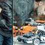 An einer Messe in Frankreich bestaunen zwei Männer Sportautos aus der «Technica»-Serie