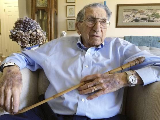 US-Veteran Lester Tenney hält einen Bambusstock in seiner Hand. Mit einem solchen wurde er während der Kriegsgefangenschaft in Japan gefoltert.