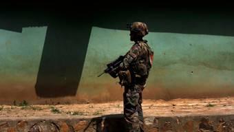 Ein französischer Soldat patrouilliert in Bangui, in der zentralafrikanischen Republik. Die UNO erhob erneut Missbrauchsvorwürfe gegen ausländische Soldaten im Land. (Archiv)