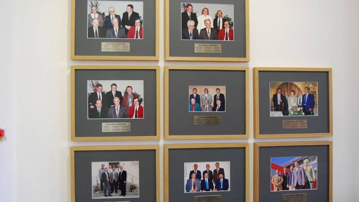 Zufiker «Ahnengalerie»: Die Fotos zeigen die Gemeinderatsteams, zum Teil samt Gemeindeschreiber, nach Gesamterneuerungs- und Ersatzwahlen seit 1982. Bloss zwei Frauengesichter sind auf den 8 Fotos. SL