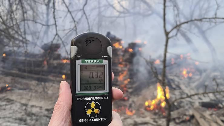 Die Ukraine verstärkt den Kampf gegen die Flammen in den radioaktiv belasteten Wäldern in der Sperrzone um das 1986 havarierte Atomkraftwerk Tschernobyl.