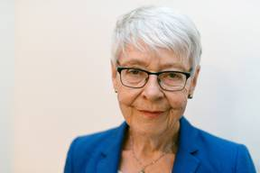 Klara Obermüller – AutorinDie Journalistin und Buchautorin Klara Obermüller ist am 11. April 1940 in St. Gallen geboren und wuchs als Adoptivkind in Zürich auf. Sie studierte deutsche und französische Literatur, arbeitete beim «Du», später bei der NZZ und der «Weltwoche» und moderierte bis 2001 «Sternstunde Philosophie» des Schweizer Fernsehens. Heute ist sie als freiberufliche Publizistin tätig. Von 1977 bis 1979 war sie mit dem Schriftsteller Walter Matthias Diggelmann verheiratet, der früh starb. Seit fast vierzig Jahren ist sie mit dem ehemaligen Priester Kurt Studhalter verheiratet. (hak)