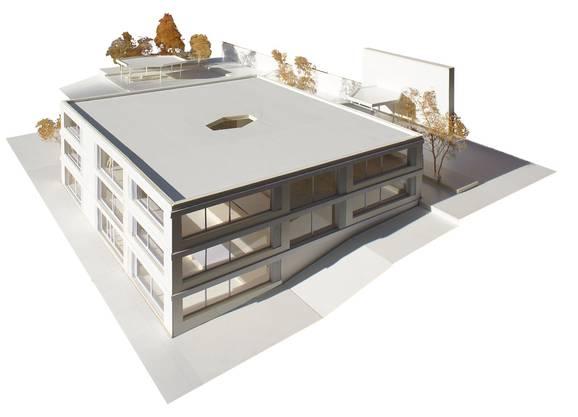 Das in den Hang gebaute neue Schulhaus im Modell.