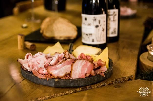 Käse, Speck, Wein und Brot Wer im Maison Moulin einkehrt kommt in den Genuss einer umfassenden Gastfreundschaft. Die Winery kann auch für Anlässe gemietet werden.
