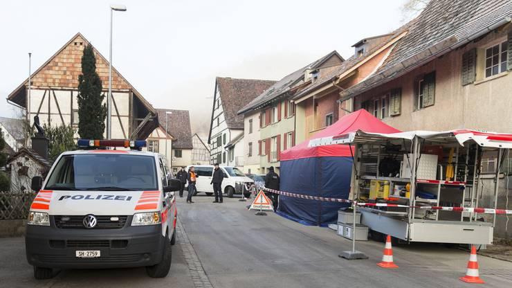 Polizisten ermitteln nach einem Tötungsdelikt in Hemmental.