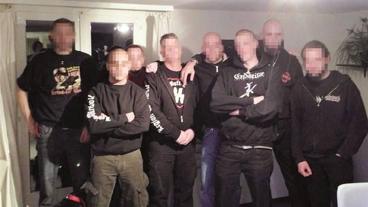 Sebastien N. (Dritter von rechts ) zusammen mit der rechtsextremen Gruppe Werwolf auf einer Versammlung.