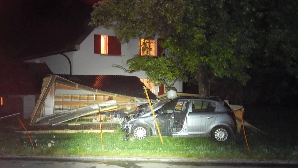 Autofahrer donnert in Hühnerstall – fünf Legehennen sterben