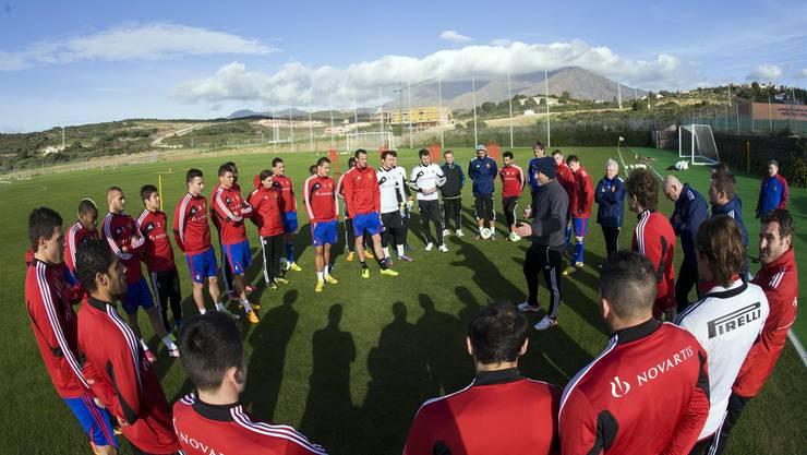 Die Meisterschaft wirft ihre Schatten voraus: Murat Yakin (in der Kreismitte) erklärt seinem Kader die nächste Übung.Andy Mueller/Freshfocus