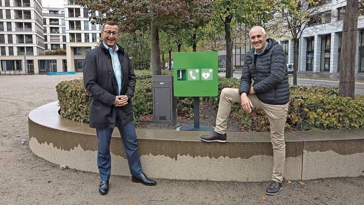 Ein Kasten, der Leben retten kann: Lifetec-CEO Mirko Djuric und Stadtrat Heinz Illi vor dem klimatisierten Erste-Hilfe-Kasten.