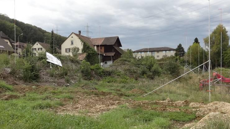 Das ist der Bauplatz für die Errichtung von drei Mehrfamilienhäusern in Eiken: Areal im Bereich der Hauptstrasse und des Fliederwegs kann bebaut werden.