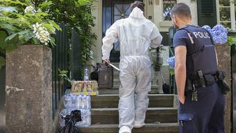 Forensinker vor dem Haus im Osten Berns, wo ein 36-jähriger Mann bei einem Polizei-Einsatz ums Leben kam.