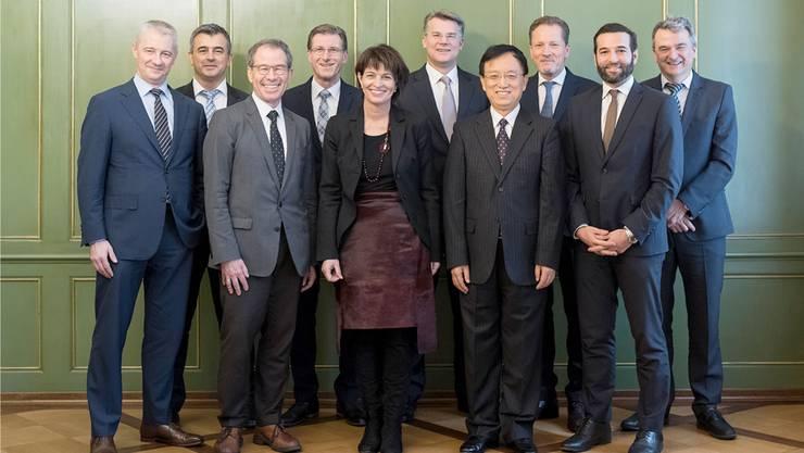 Die Delegation von Cargo Sous Terrain traf 2018 die damalige Bundesrätin Doris Leuthard. Rechts neben ihr steht Jianzhong Guan von Dagong, links hinter ihr Peter Sutterlüti, Präsident von Cargo Sous Terrain.