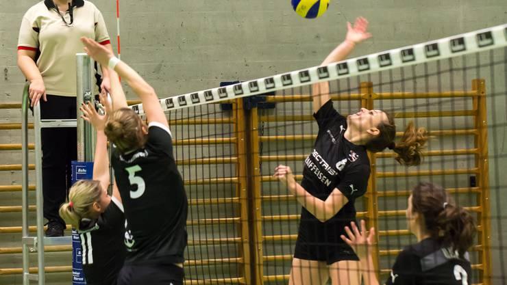 Kanti Badens Marion Gassmann (r.) im Angriff gegen Milica Marjanovic (Nr. 11) und Jessica Dall'Osto (Nr. 5).